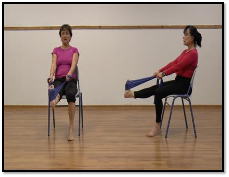 Im Sitzen, mit elastischem Übungsband