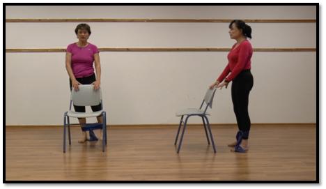 Im Stehen, Stuhl als Stütze, mit elastischem Übungsband