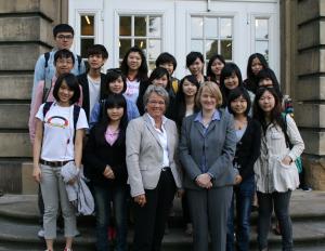 Dr. Marianne Ravenstein, Prorektorin für Lehre und studentische Angelegenheiten, und Dr. Jette Nielsen vom Sprachenzentrum der WWU begrüßten die taiwanesischen Studierenden im münsterschen Schloss.