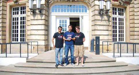 Die drei Preisträger Alber Sanchez, Jim Jones und Matthias Pfeil vor dem Schloss der Universität Münster