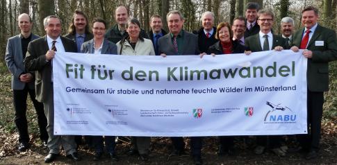 Gemeinsam für stabile und naturnahe feuchte Wälder im Münsterland – Prof. Dr. Norbert Hölzel (2. v. l.) begleitet das Projekt wissenschaftlich.