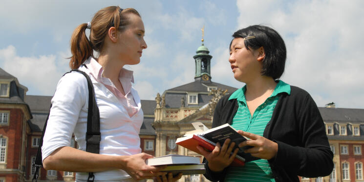Two students in front of the castle in Münster