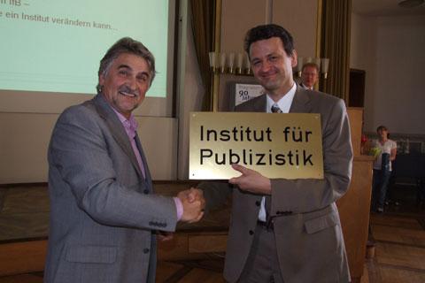 Prof. Wischenberg überreicht Prof. Neuberger das alte Institutsschild