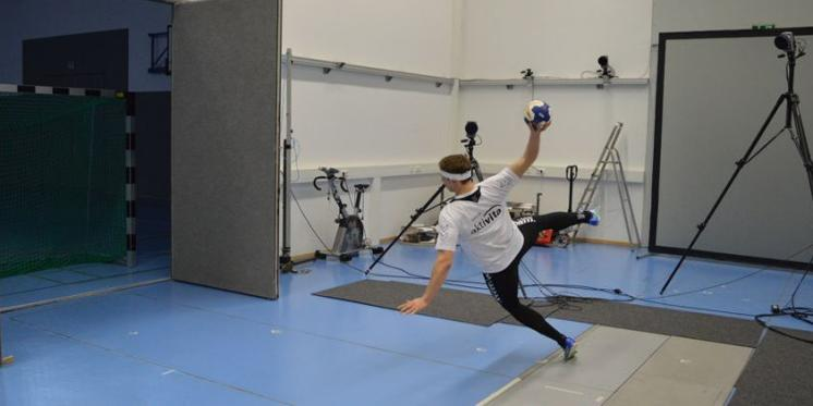 Evaluation of a neuromuscular exercise intervention to decrease head accelerations following (un-)anticipated (in-)direct impacts in sports games