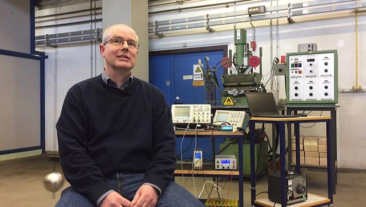 Video Physiker bauen Antrieb für ein Pendel