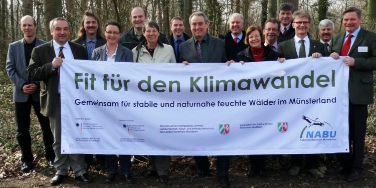 Gemeinsam für stabile und naturnahe feuchte Wälder im Münsterland – Prof. Dr. Norbert Hölzel (2. v. l.) begleitet das Projekt wissenschaftlich.<address>© NABU</address>