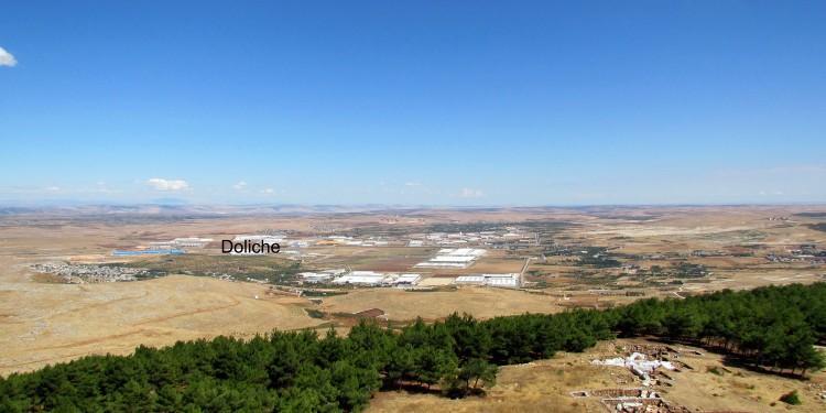 Blick auf den Siedlungshügel der antiken Stadt Doliche im heutigen Südosten der Türkei, wo im Rahmen des DFG-Projektes in den kommenden Jahren geforscht wird