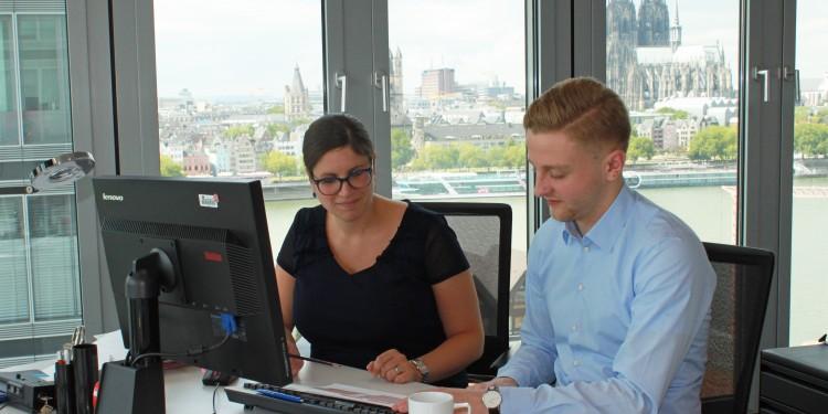 BWL-Student David Bogumil und Sonja Kern vom Lanxess-Personalmarketing im Gespräch<address>&copy; WWU - Friederike Stecklum</address>