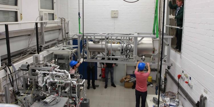 Die kryogene Destillationssäule für das bald beginnende XENON1T-Experiment wurde an der WWU gebaut und anschließend in Einzelteilen nach Italien transportiert (hier Bilder vom Abbau in Münster).