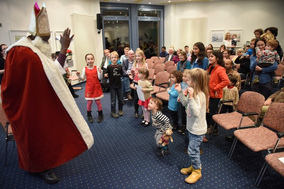 &quot;Father Christmas&quot; (Münster University alumnus Richard Nawezi) handed out presents to the children.<address>© WWU / Peter Grewer</address>