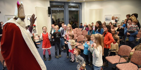 &amp;quot;Father Christmas&amp;quot; (Münster University alumnus Richard Nawezi) handed out presents to the children.<address>&copy; WWU / Peter Grewer</address>