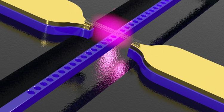 Kohlenstoff-Nanoröhre über einem photonischen Kristall-Wellenleiter mit Elektroden - die Struktur wandelt elektrische Signale in Licht.