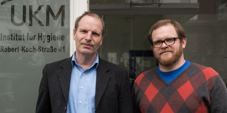Prof. Klaus Dreisewerd (l.) und Dr. Jens Soltwisch vor dem Institut für Hygiene