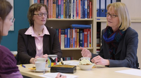 Physicist Prof. Cornelia Denz and historian Prof. Heike Bungert exchange views on the differences in using foreign languages in Natural Sciences and the Humanities.<address>© WWU - Peter Grewer</address>