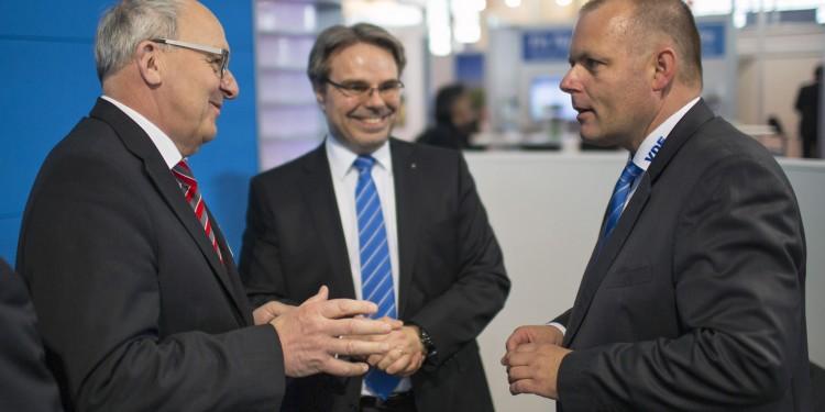 V. l.: Dr. Gerhard Hörpel (Direktor des MEET), Michael Jungnitsch (Vorsitzender der Geschäftsführung des VDE-Instituts) und Ansgar Hinz (VDE-Vorstandsvorsitzender)