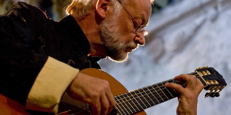 Mit Leidenschaft gestaltet Prof. Reinbert Evers seine Konzerte – an der Gitarre fasziniert ihn vor allem der Klang.