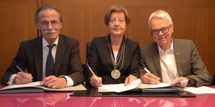 Abschied und Empfang: Rektorin Prof. Ursula Nelles dankte Dekan Prof. Wilhelm Schmitz (l.) und hieß Prof. Mathias Herrmann willkommen.