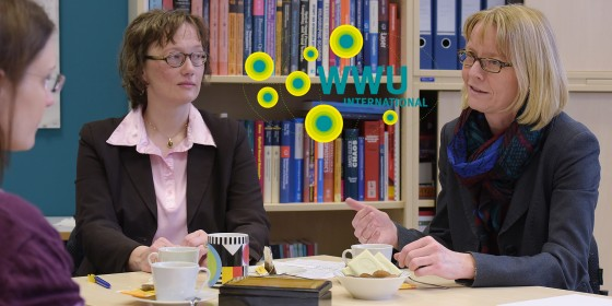 Physicist Prof. Cornelia Denz and historian Prof. Heike Bungert exchange views on the differences in using foreign languages in Natural Sciences and the Humanities.<address>&copy; WWU - Peter Grewer</address>