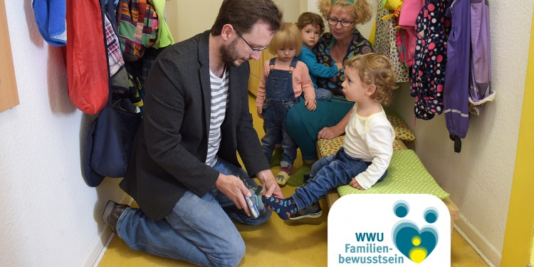 Münster University offers its staff a variety of childcare services. Our picture shows Javier Ramon (left) collecting his son, Nilo, from the &quot;Zauberschloss&quot; daycare facility, on Hittorfstraße, where three nursery school teachers look after nine children.<address>© WWU/Peter Grewer</address>