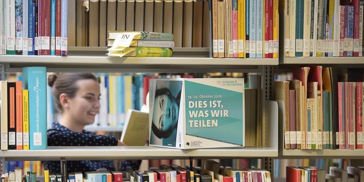 Beliebte Literatur: Die Bibliothek im Haus der Niederlande der WWU hält für Studierende und Gäste ein breites Angebot vor.<address>&copy; WWU - Peter Grewer</address>