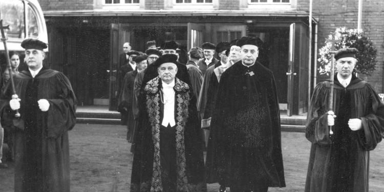 Bis 1968 trugen der Rektor und die Professoren bei der offiziellen Amtsübergabe Talare.<address>&copy; Universitätsarchiv Münster, Bestand 68, Nr. 204</address>