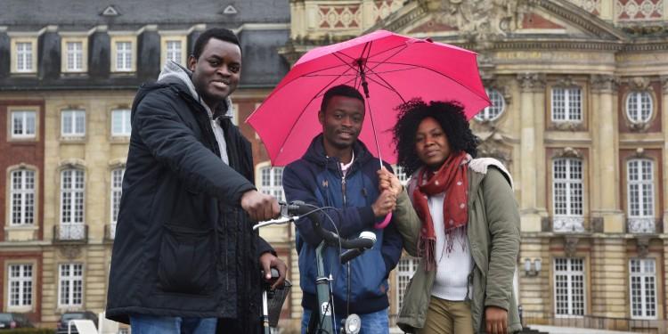 Blicken zufrieden auf ihr Auslandssemester in Münster zurück: Ibrahim Etoughe, Clarck-Warren Mawomba und Bernette Snell Moussavou Guiyedi (von links).<address>&copy; Julia Schwekendiek/WWU</address>