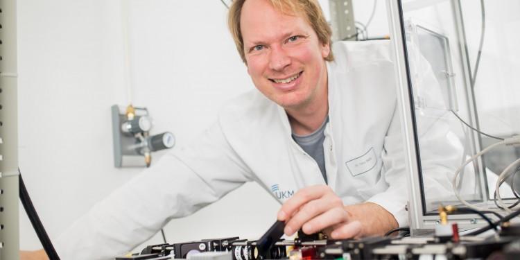 Biohysiker Prof. Timo Betz freut sich über eine internationale Forschungsförderung.<address>&copy; CiM/Peter Leßmann</address>