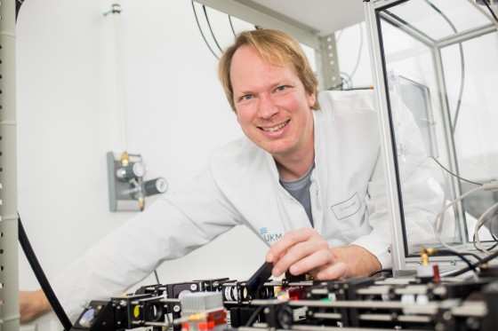 Biophysicist Prof. Timo Betz is delighted at the international research funding.<address>&copy; CiM/Peter Leßmann</address>