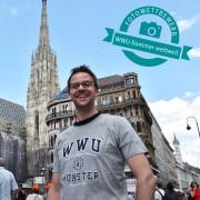 Werbung für die WWU in Wien: Dr. Daniel Nölleke demonstriert vor dem Stephansdom seine Verbundenheit mit der Universität Münster.<address>&copy; Privat</address>