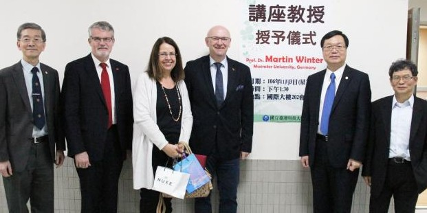 Von links: Prof. Yong-Jie Cheng Vizepräsident der Taiwan Tech, Martin Eberts (deutsche Auslandsvertretung in Taiwan), Veronika Winter, Martin Winter, Prof. Ching-Jong Liao (Präsident der NTUST), Prof. Bing-Joe Hwang (Präsident der Electrochemical Society of Taiwan)<address>&copy; Taiwan Tech/Hung-Lung Chou</address>