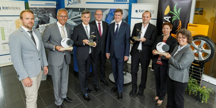 The Rectorate – with Rector Prof. Johannes Wessels (4th from right) and Chancellor Matthias Schwarte (4th from left) – awarded Transfer Prizes to Prof. Jörg Becker (3rd from left) and Prof. Dirk Prüfer (3rd from right) and to representatives from the companies involved.<address>© WWU - Heiner Witte</address>