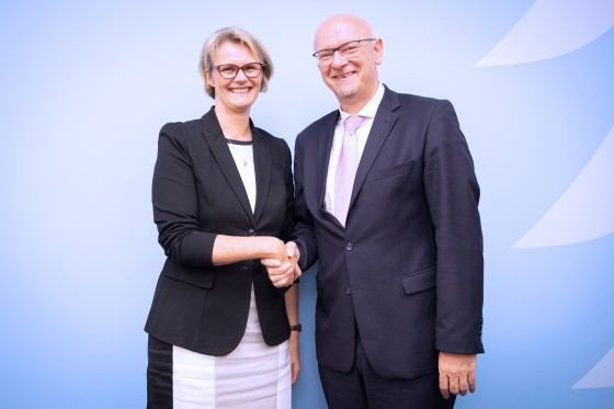 Federal Minister of Research and Education Anja Karliczek congratulates Prof. Dr Martin Winter, scientific director of the MEET Battery Research Centre of the University of Münster.<address>© BMBF/Hans-Joachim Rickel</address>