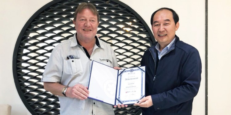 Prof. Jörg Kudla (left) took the award from Prof. Kang Chong, vice director of the Academy Institute of Botany in Beijing and a full member of the Chinese Academy of Sciences.<address>© private</address>