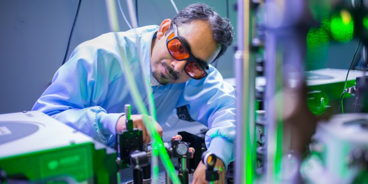 Dr. Ashish Arora in the lab experimenting with laser light<address>© WWU - Peter Leßmann</address>