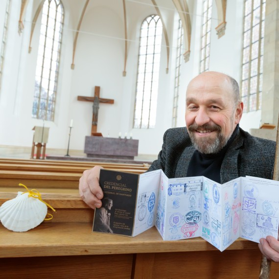 Prof. Traugott Roser travelled the old Way of St. James for four and a half weeks. In every place they pass through, pilgrims get their pilgrim passport stamped. This means that, at the end of their journey, they can prove that they have indeed completed the Way in order to receive their official pilgrim's certificate. The scallop is the most important sign by which the pilgrims can be recognised.<address>© WWU - MünsterView</address>