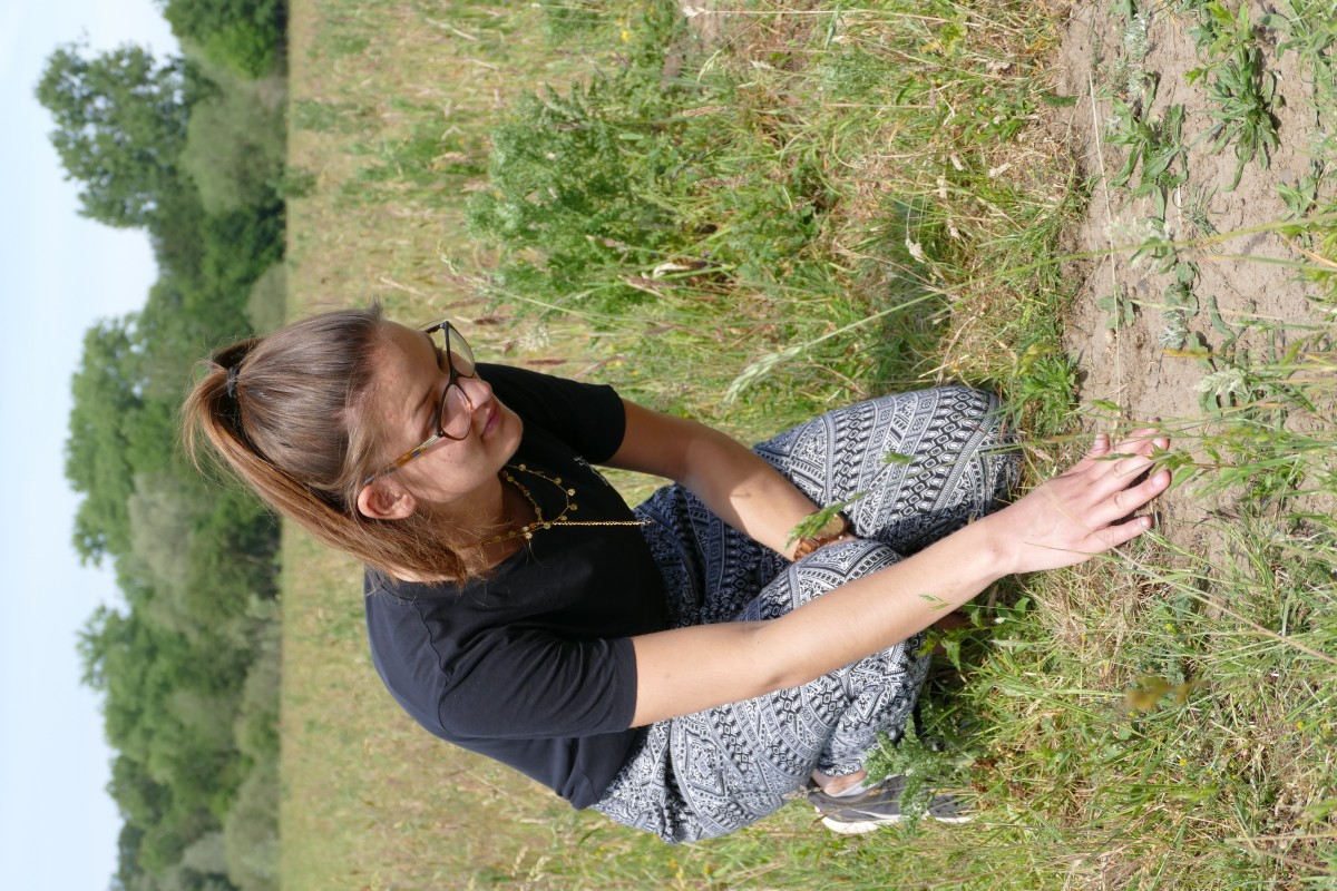 Undergraduate Clara-Marie Putschky examines insects on a ground disturbance. © WWU - Kathrin Kottke