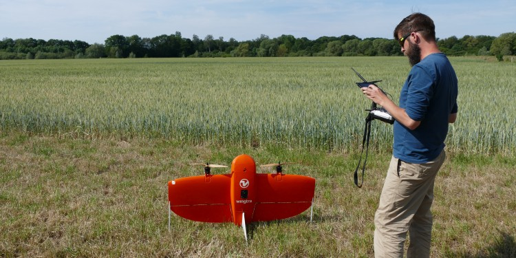 Dr. Jan Lehmann makes the final preparations before the drone can take off.<address>© WWU - Kathrin Kottke</address>