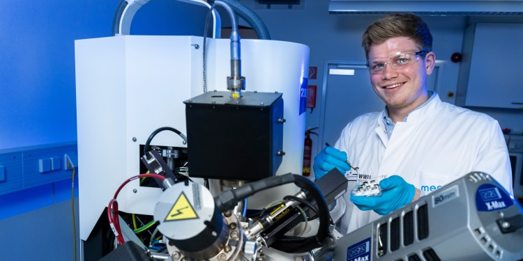 For more sustainability: The aim of the team of researchers led by project coordinator Jens Matthies Wrogemann is to create a more environmentally friendly lifecycle for batteries – from the selection of resources and their transportation to production, disposal and recycling.<address>© WWU - MünsterView</address>
